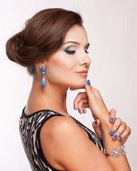 Piękno kobieta z perfect makeup. piękny profesjonalny makijaż na wakacje.