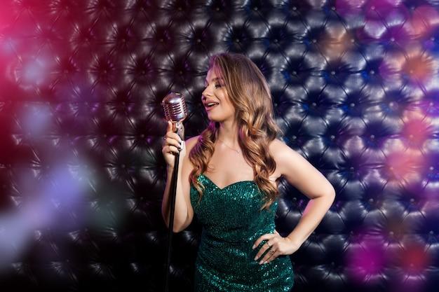 Piękno kobieta z retro mikrofonem