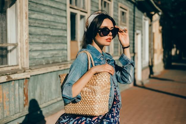 Piękno kobiety portret w ulicznym, plenerowym portrecie, moda model