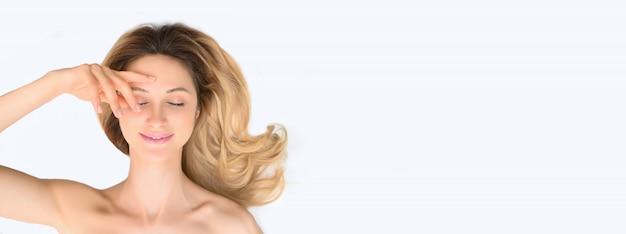 Piękno kobiety skóry opieki kosmetyka zdrowy pojęcie. portret kobiecej twarzy na białym tle.