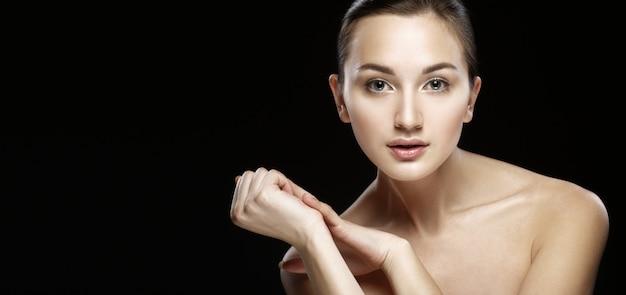 Piękno kobiety twarz nad czernią.