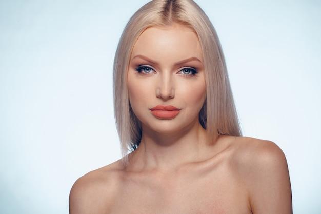 Piękno kobiety twarzy portreta naturalny uzupełniał zamknięty up