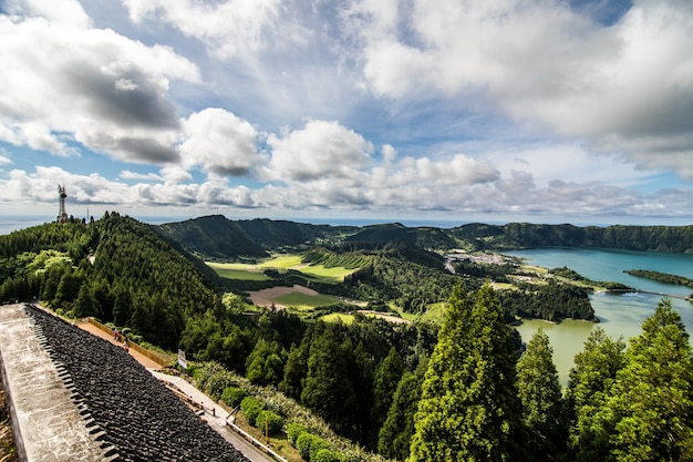 Piękno krajobrazu widok z lotu ptaka na lagunę siedmiu miast portugalski: lagoa das sete cidades, położona na azorskiej wyspie sao miguel na oceanie atlantyckim.