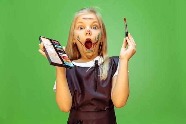 Piękno. mała dziewczynka marzy o zawodzie wizażystki. koncepcja dzieciństwa, planowania, edukacji i marzeń. chce odnieść sukces w branży mody i stylizacji, fryzjerka.