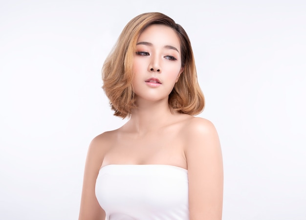 Piękno młoda azjatykcia kobieta z doskonałą skórą twarzy
