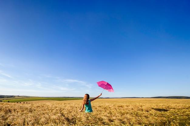 Piękno młoda dziewczyna outdoors cieszy się naturę