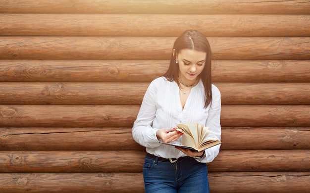 Piękno młoda kobieta czyta książkę.