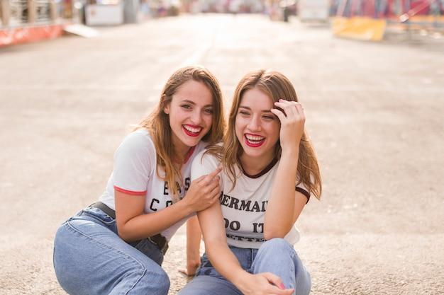 Piękno młodych przyjaciół pozować