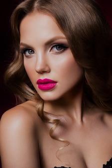Piękno mody modela dziewczyna z jaskrawym makeup