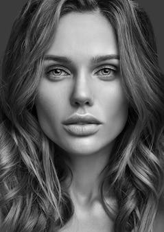 Piękno mody portret młody blond kobieta model z naturalnym makeup i perfect skóry pozować