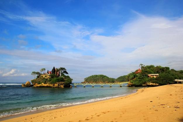 Piękno panoramicznego widoku bale kambang beach w indonezji z błękitnego nieba