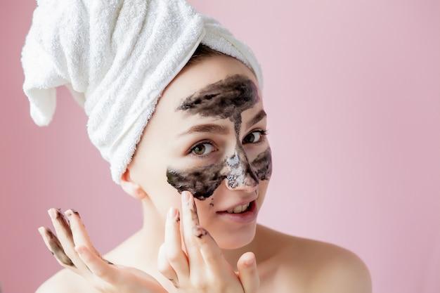 Piękno peeling kosmetyczny zbliżenie piękna młoda kobieta z czarną maską peel off na