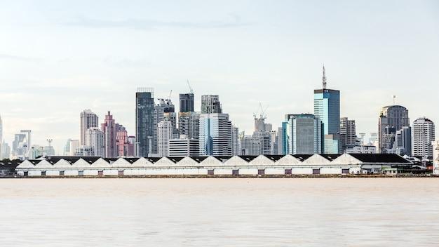 Piękno pejzażu miejskiego brzeg rzeki budynku consrtuction wizerunek bangkok thailand