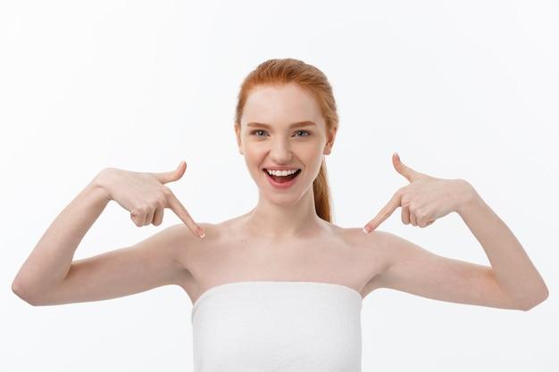 Piękno pielęgnacja skóry portret młodej kobiety wyświetlono kopia miejsce ręcznie
