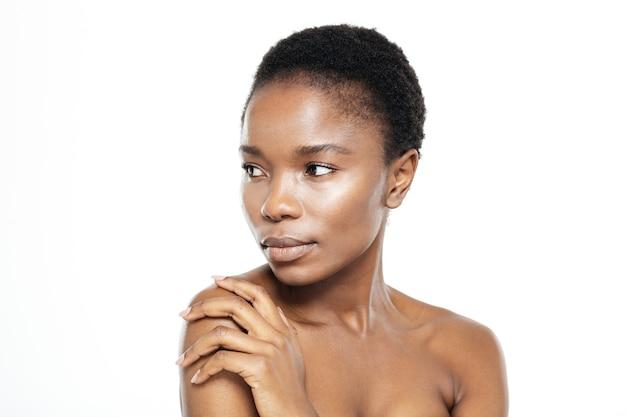 Piękno portret afro amerykańskiej kobiety odwracającej się na białym tle na białym tle