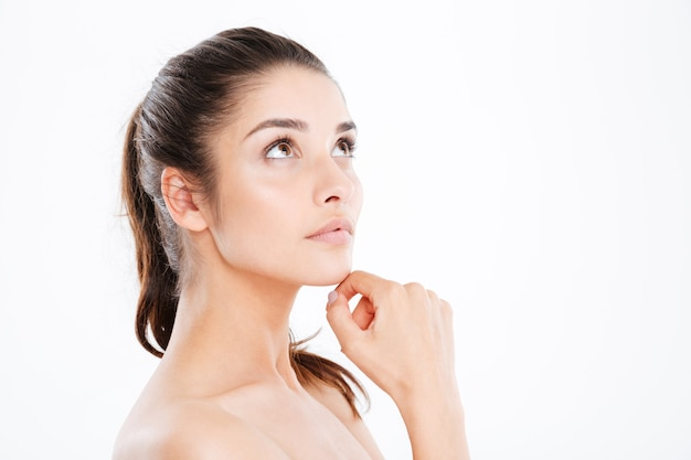 Piękno portret atrakcyjnej młodej kobiety na białej ścianie