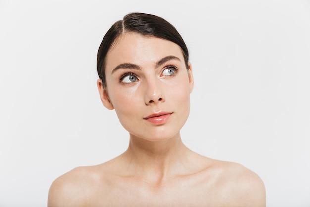 Piękno portret atrakcyjnej młodej kobiety topless na białym tle nad białą ścianą, pozowanie