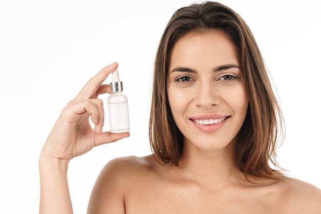 Piękno portret atrakcyjnej uśmiechniętej młodej kobiety topless stojącej