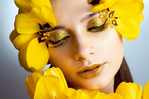 Piękno portret brunetki z przedłużonymi rzęsami na obrazku tulipana.
