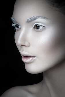 Piękno portret dziewczyny sobie zimny makijaż