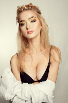 Piękno portret kobiecej twarzy z naturalną skórą