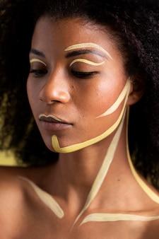 Piękno portret kobiety afro z etnicznym makijażem