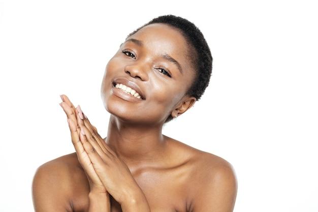 Piękno portret ładnej afroamerykańskiej kobiety patrzącej na kamerę na białym tle