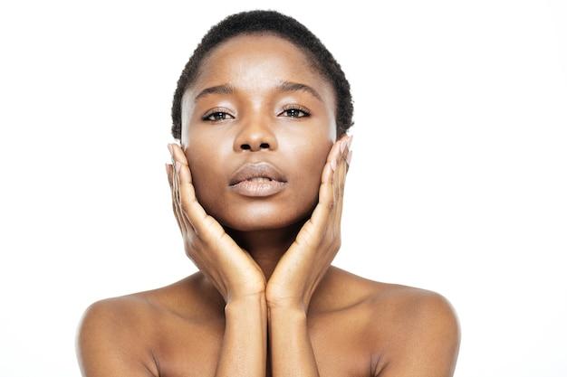 Piękno portret ładnej afroamerykańskiej kobiety ze świeżą skórą na białym tle