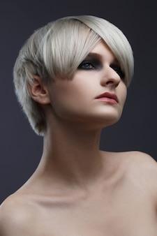 Piękno portret ładny blond dziewczyna popiół z krótką stylową fryzurą