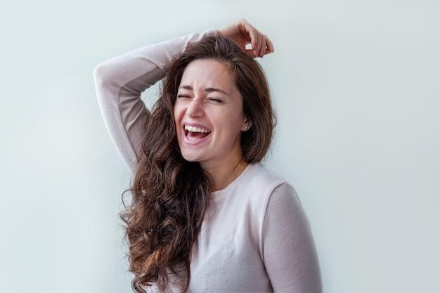Piękno portret młoda szczęśliwa pozytywna brunetka kobieta na białym tle