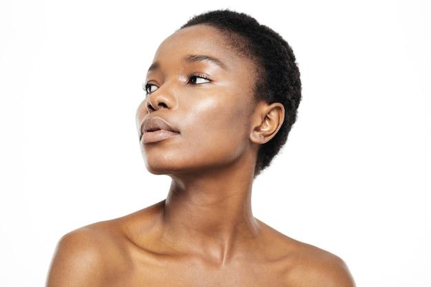 Piękno portret młodej afroamerykańskiej kobiety odwracającej się na białym tle na białym tle