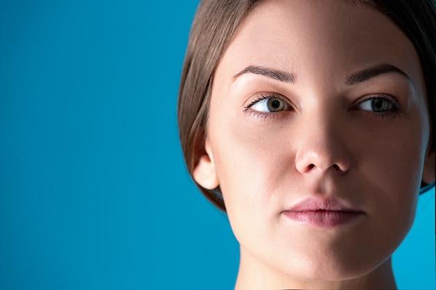 Piękno portret młodej atrakcyjnej półnagiej kobiety o doskonałej skórze pozującej i odwracającej wzrok