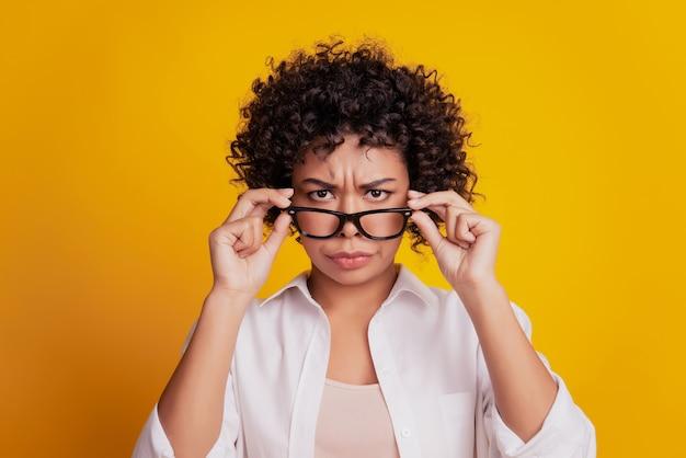 Piękno portret młodej czarnej niezadowolonej kobiety w okularach zrzędliwy surowy wygląd aparatu