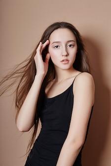 Piękno portret młodej dziewczyny z pięknymi długimi włosami i bliska oczy. naturalna czysta skóra, piękny uśmiech. ,,