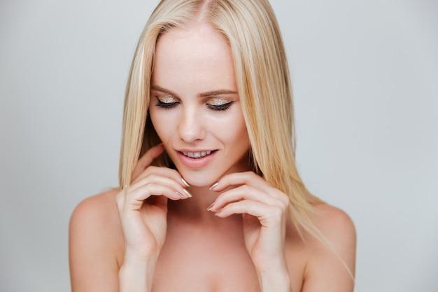 Piękno portret młodej kobiety blondynka z pięknymi włosami na białym tle