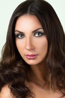 Piękno portret młodej kobiety brunettete