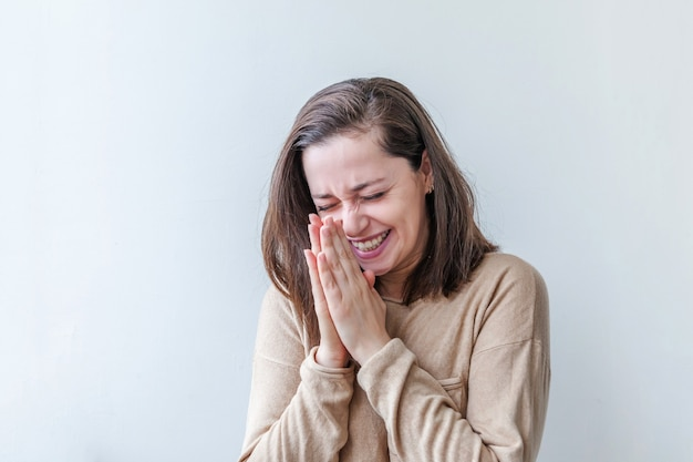 Piękno portret młodej kobiety szczęśliwy pozytywny brunetka