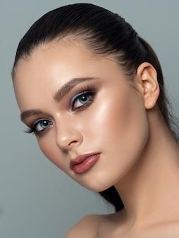 Piękno portret młodej kobiety z doskonałą błyszczącą skórą