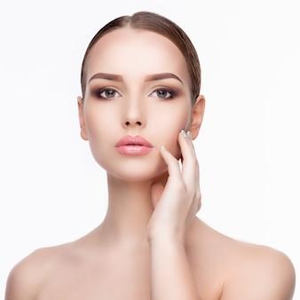 Piękno portret młodej kobiety z doskonałą czystą świeżą skórą z bliska na białym tle. koncepcja pielęgnacji skóry