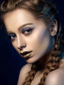 Piękno portret młodej kobiety z nowoczesnym makijażem.