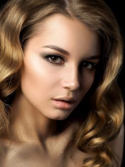 Piękno portret młodej kobiety z złoty makijaż. idealny makijaż skóry i mody, smokey eyes.
