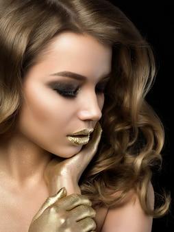 Piękno portret młodej kobiety z złoty makijaż na czarno
