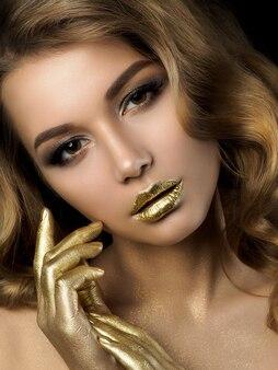 Piękno portret młodej kobiety z złoty makijaż