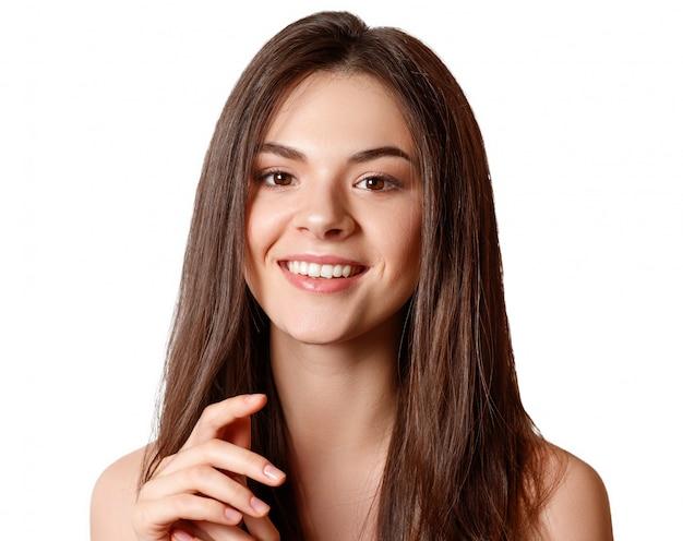 Piękno portret młodej pięknej dziewczyny brunetka o brązowych oczach i proste długie bieżące włosy na białym tle