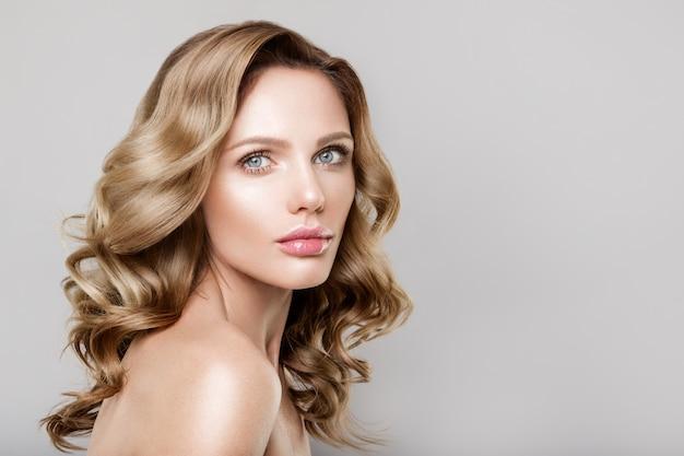 Piękno portret modelki z naturalnym makijażem