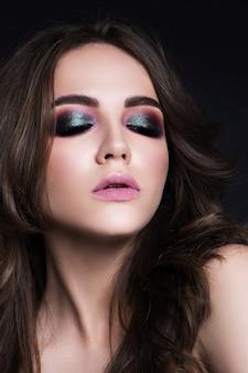 Piękno portret piękna brunetka na czarnym tle