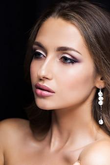 Piękno portret piękna brunetka na czerni