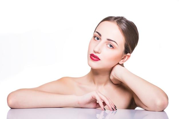 Piękno portret. piękna kobieta kurort dotyka jej twarzy. doskonała świeża skóra. model piękna dziewczyna.