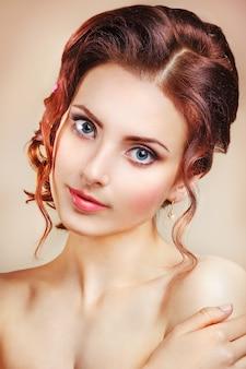 Piękno portret piękna kobieta z makijażem