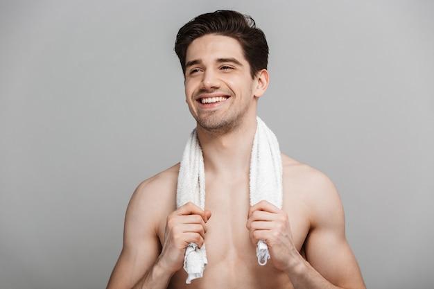 Piękno portret pół nagiego uśmiechniętego młodego człowieka